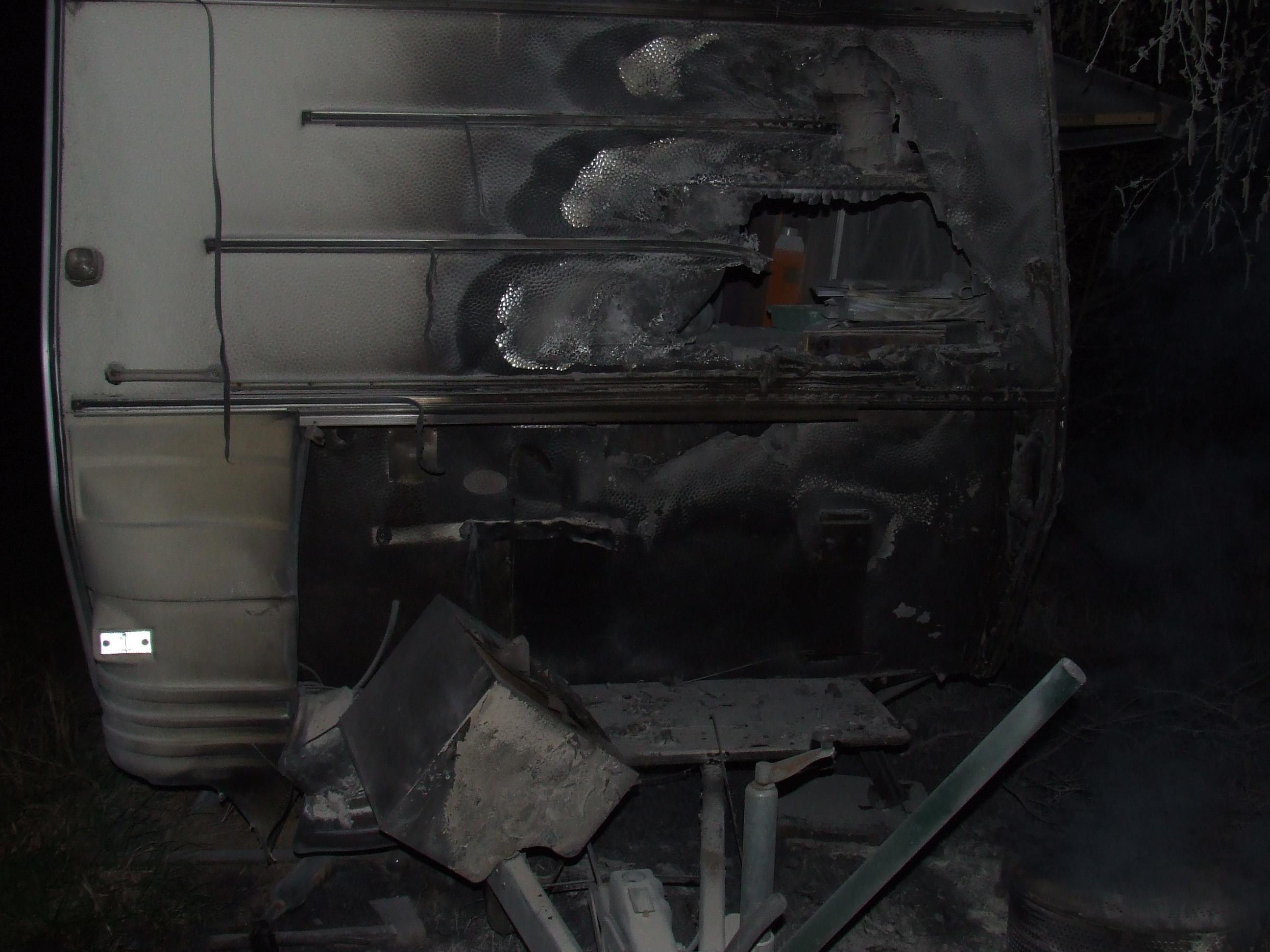Wohnwagen nach dem Brandanschlag